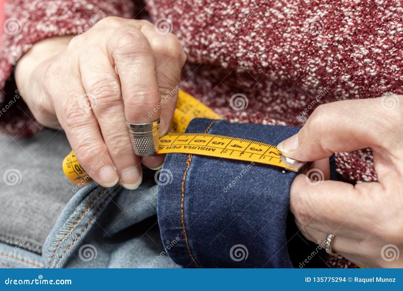 Handen van een naaister