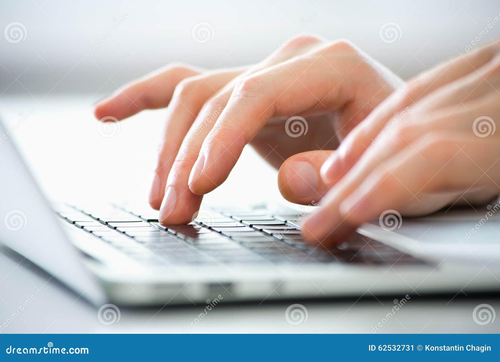 Handen van het bedrijfsmens typen op laptop