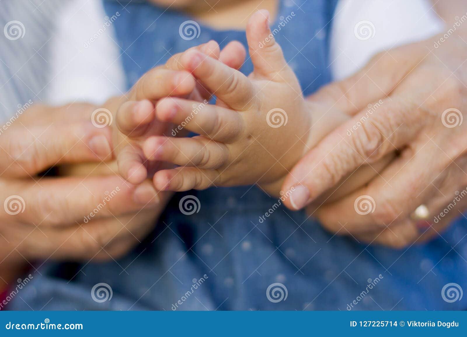 Handen van kleindochter met grootmoeder