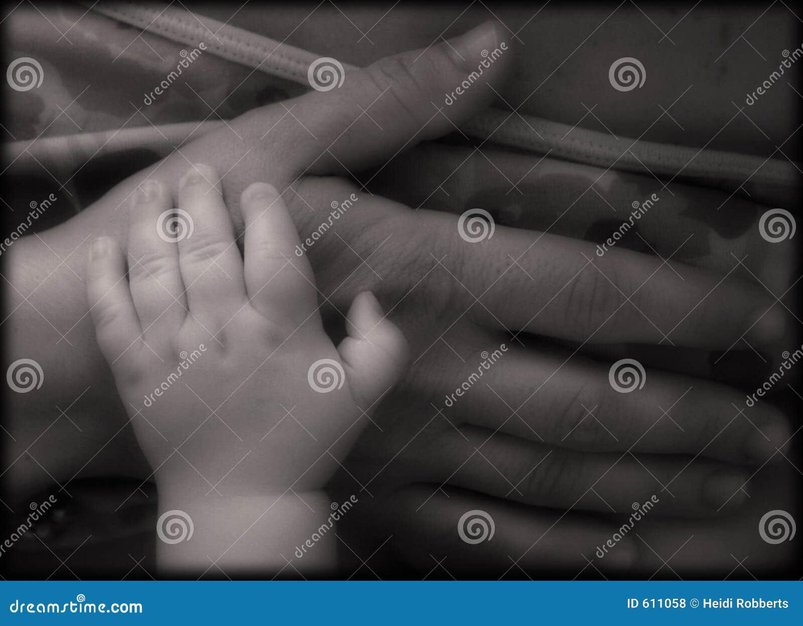 Handen van moeder en baby