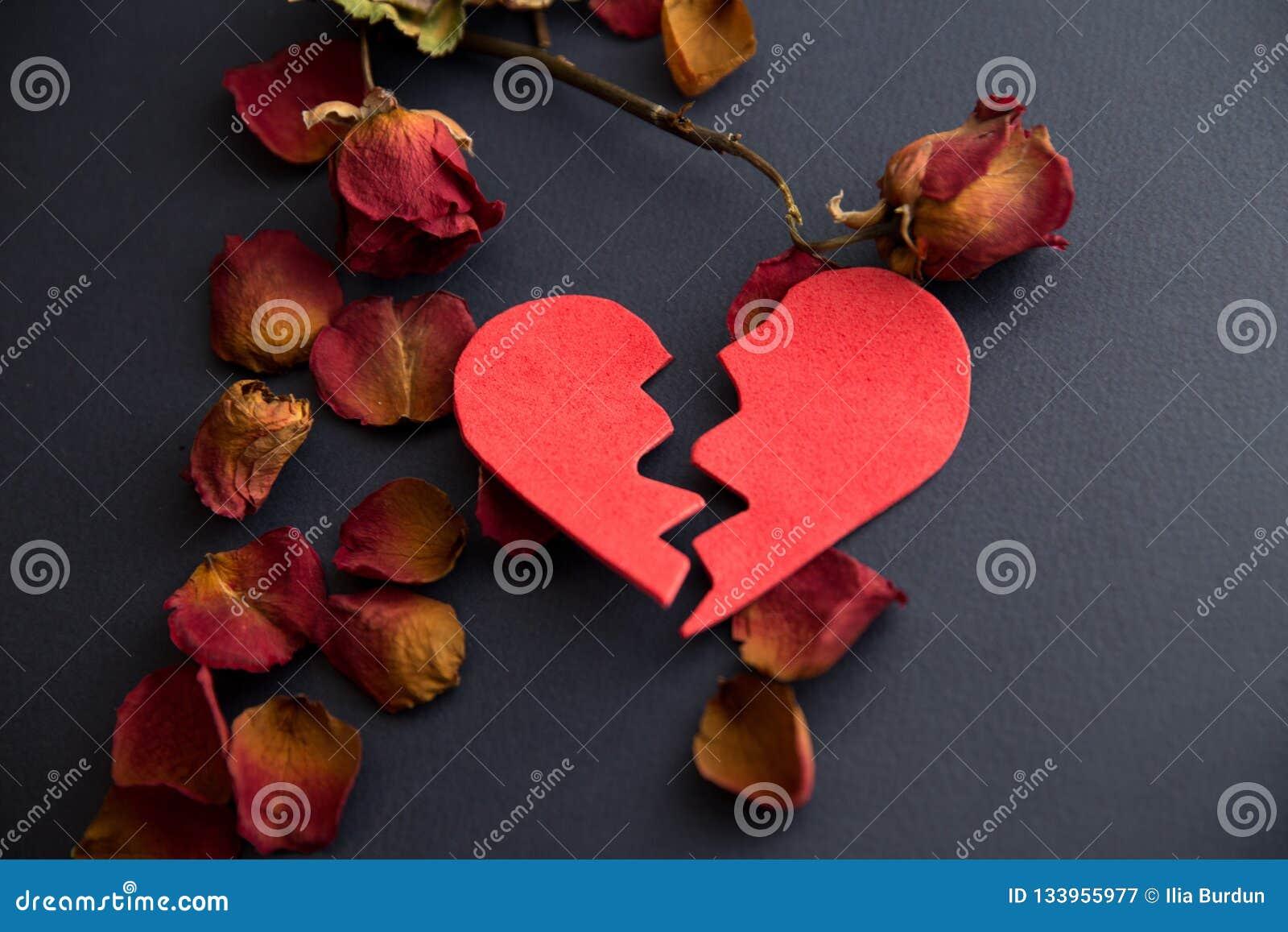 Handen van vrouw, echtgenoot die besluit van scheiding, ontbinding ondertekenen, die huwelijk, wettelijke scheidingsdocumenten, h