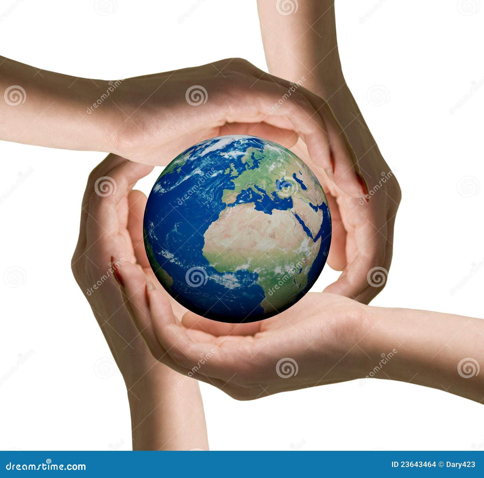 Handen van vrouwen en de bol