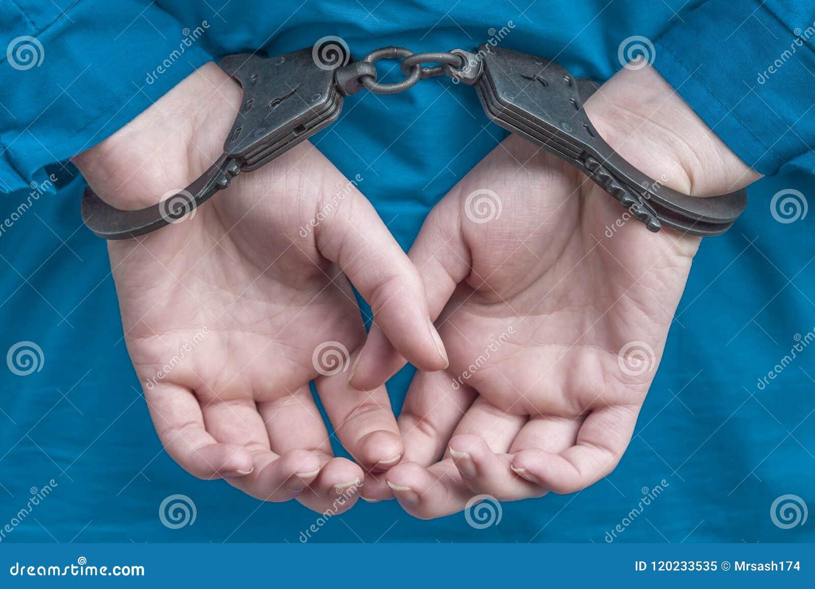 Handen veroordeeld meisje in handcuffs achter haar