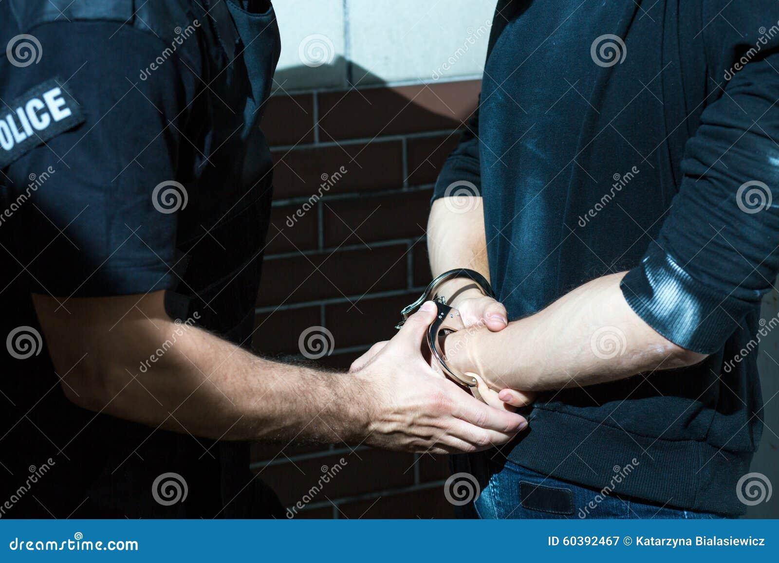 Handfängslat av en polis