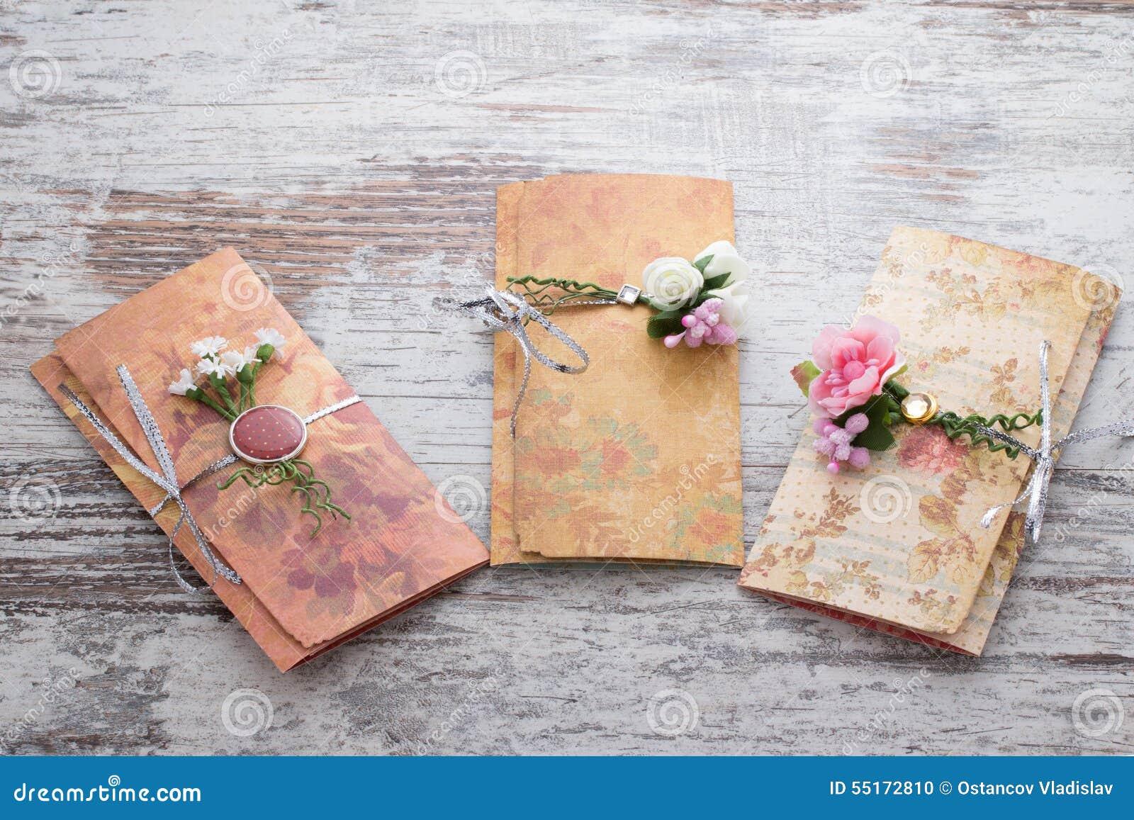 Handgemachte Hochzeitseinladungen Gemacht Vom Papier Stock Abbildung ...