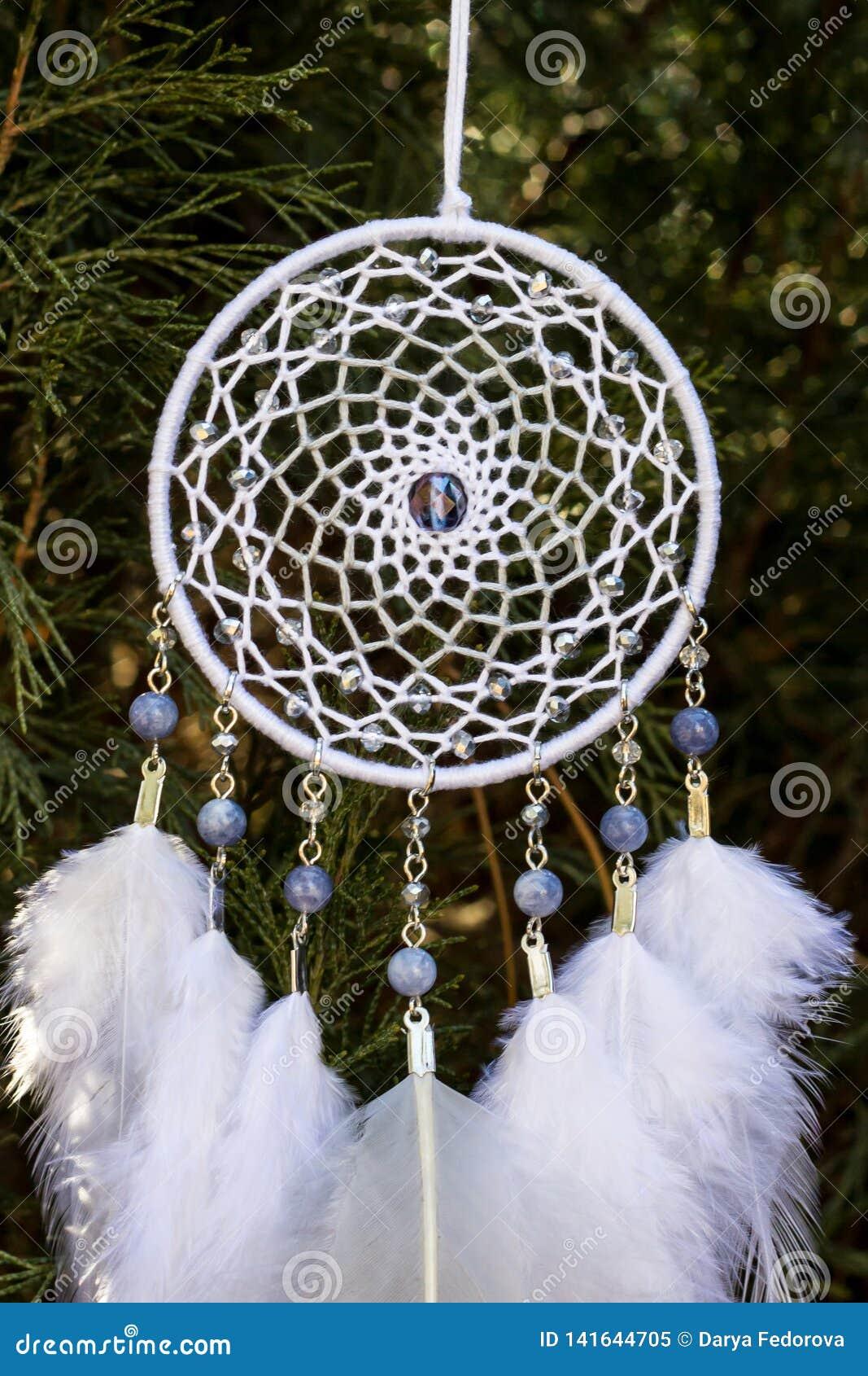 Handgemachter Traumfänger mit Federthreads und Perlen rope das Hängen