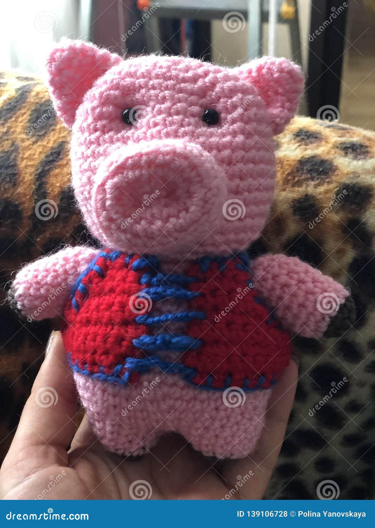 Handgemachtes gestricktes Schwein des Spielzeugs Rosa in der roten Abschürfung