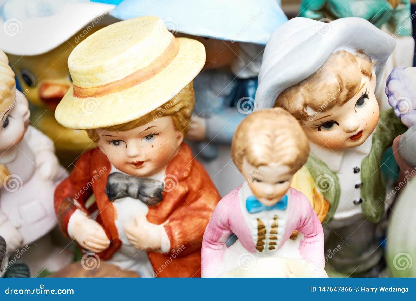Handgemalter Mann und Frauenfiguren an einer Flohmarkt