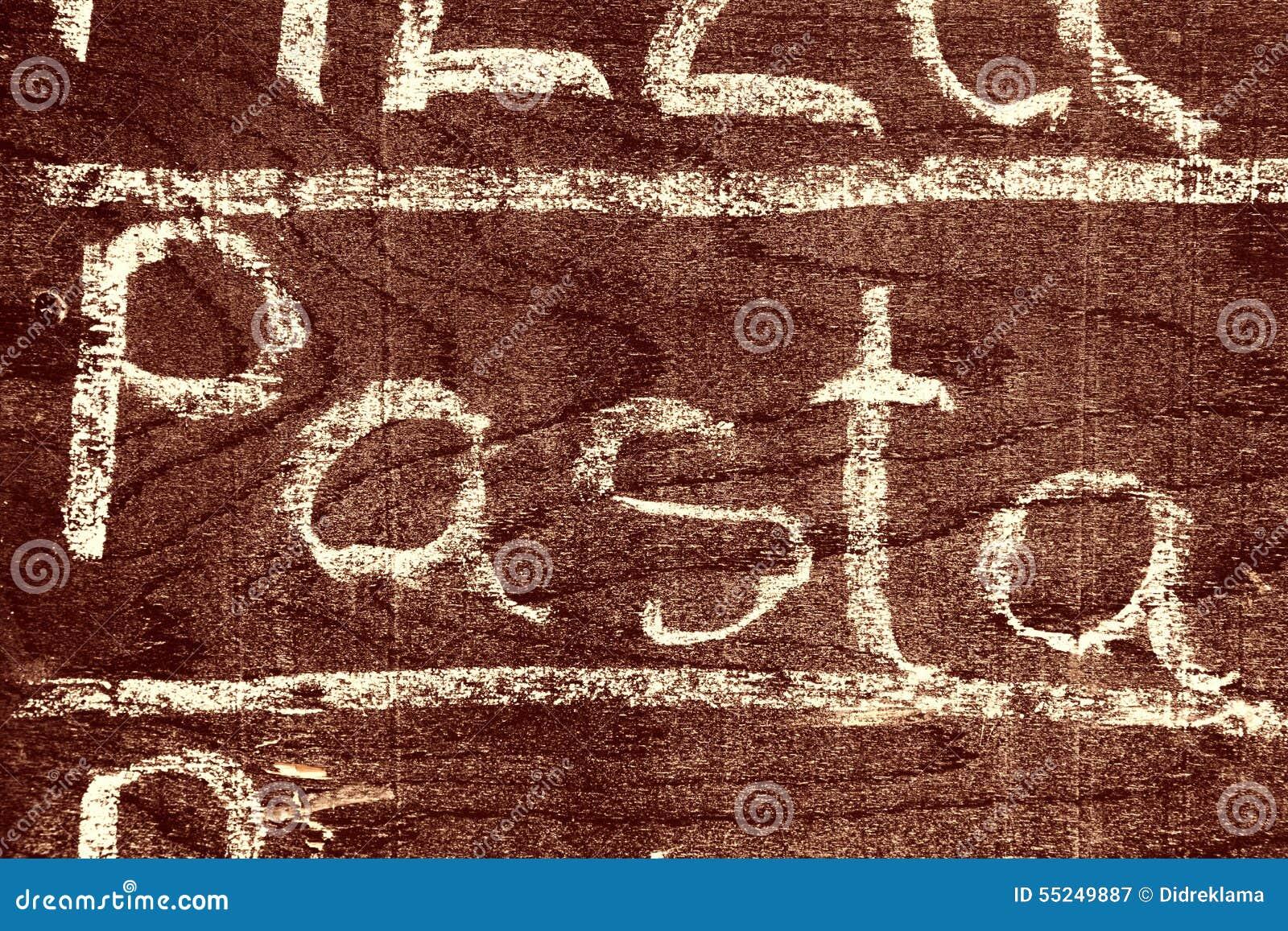 Handgeschriebene Aufschrift TEIGWAREN mit Kreide
