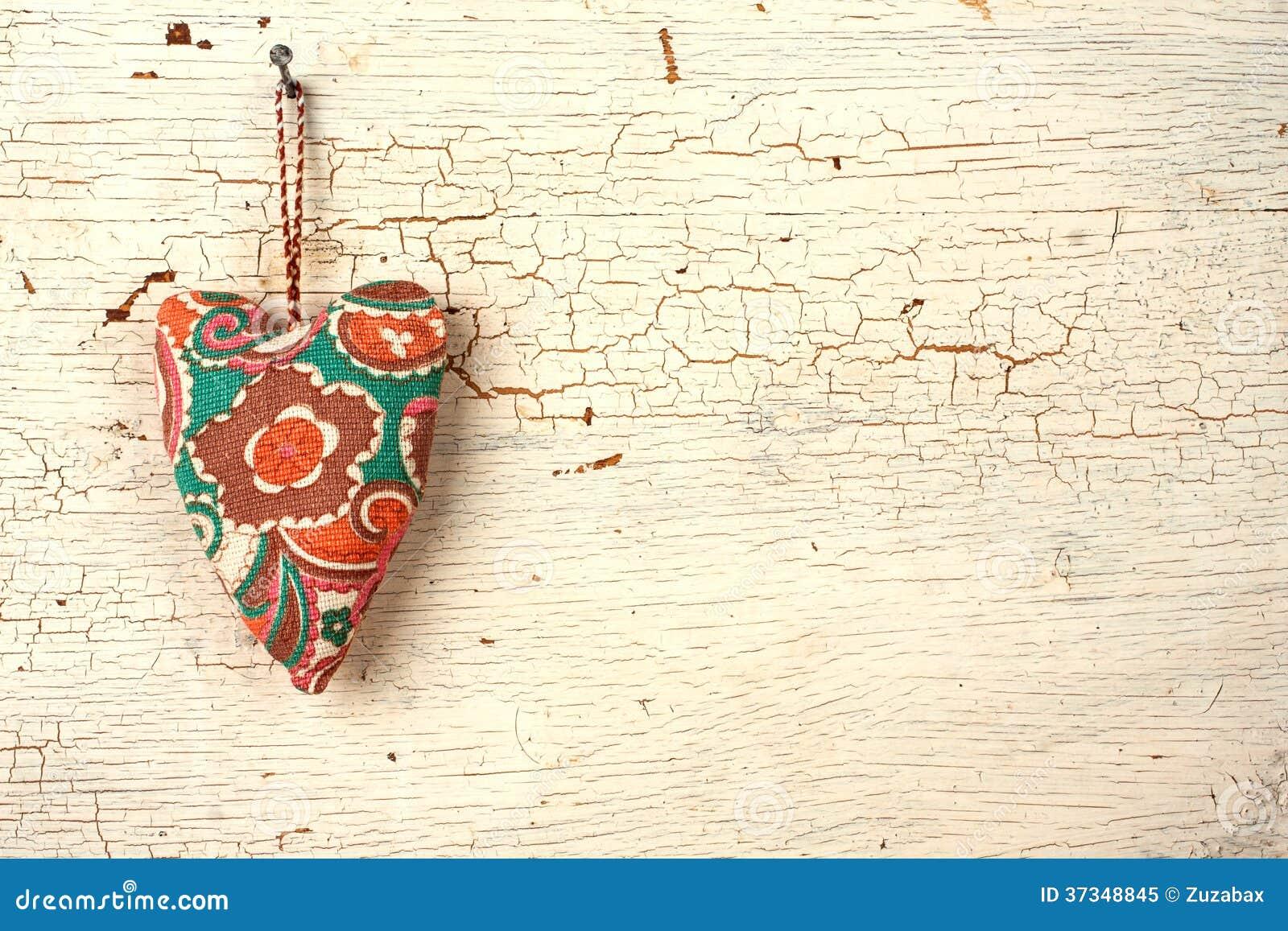 Handgjord hjärta för valentin på en vit gammal trädörr