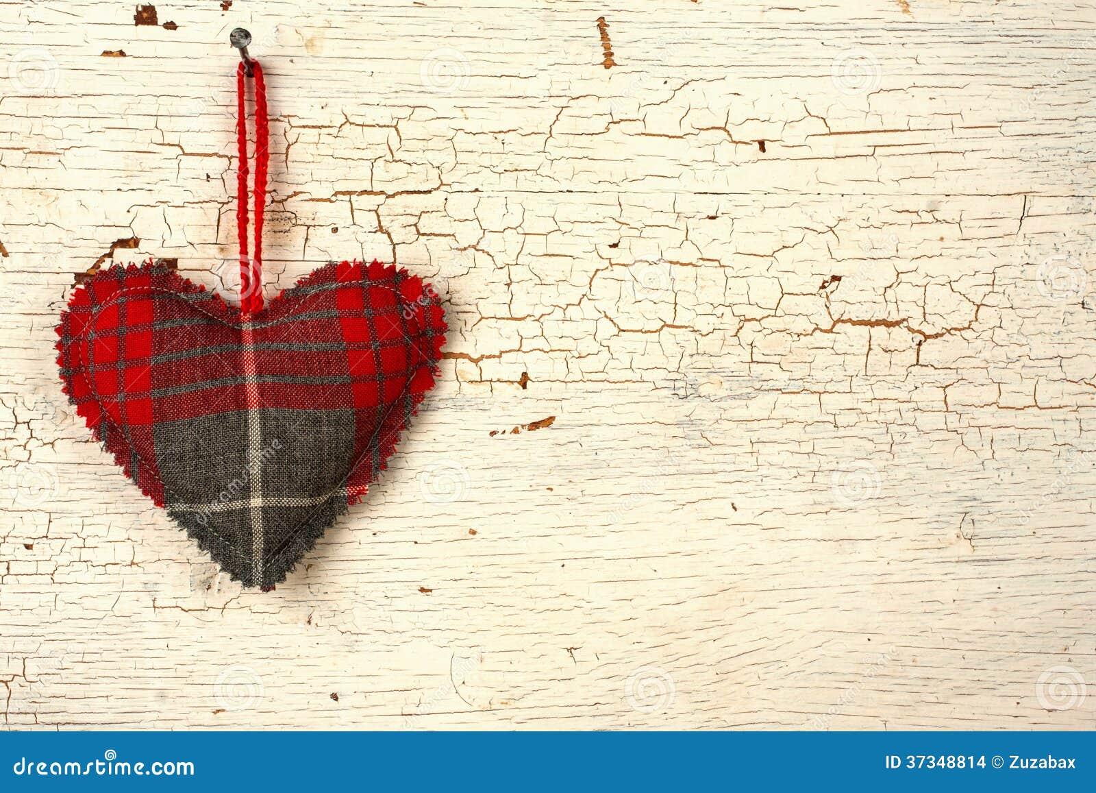 Handgjord hjärta för valentin på a   gammal trädörr
