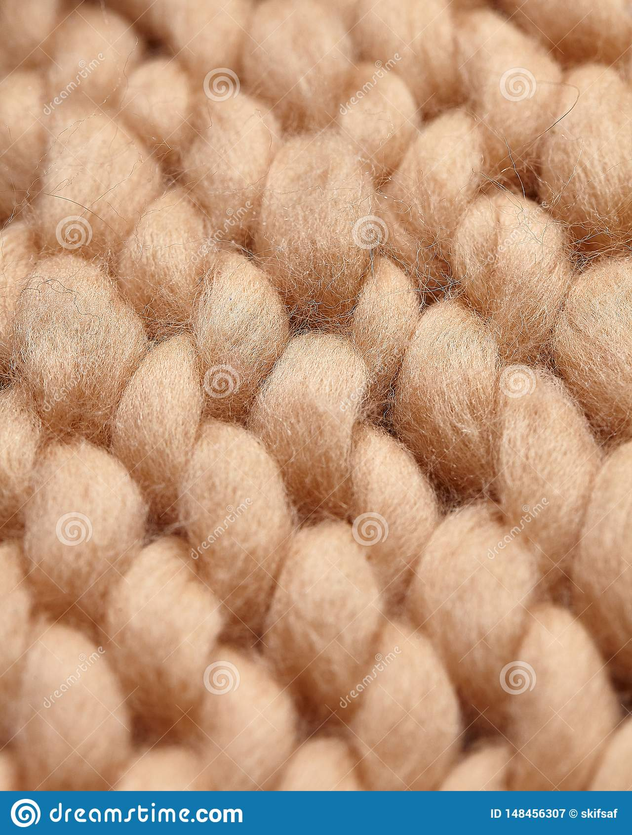 Handgjord stucken stor filt f?r Merinoull, toppet tjockt garn, moderiktigt begrepp N?rbild av den stack filten, merinoullbakgrund
