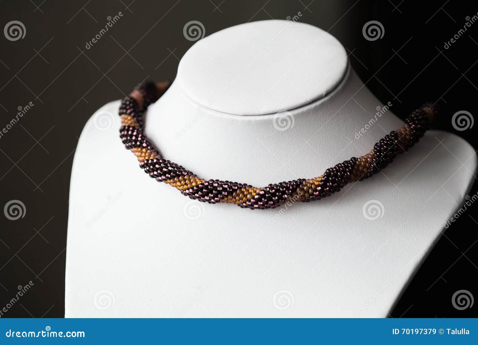Handgjord virkad halsband som göras av pärlor av två färger