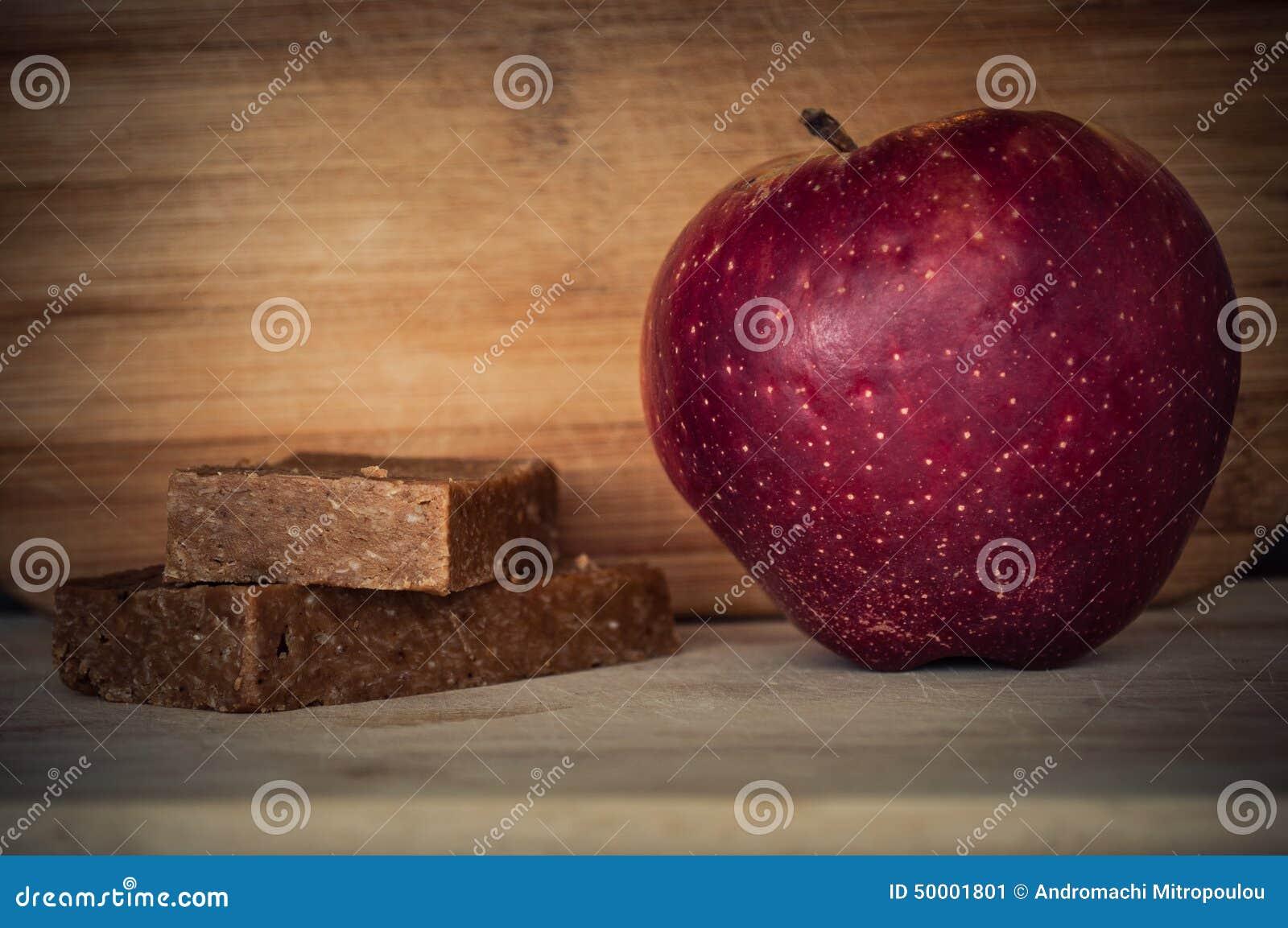 Handgjorda enerystänger och ett äpple