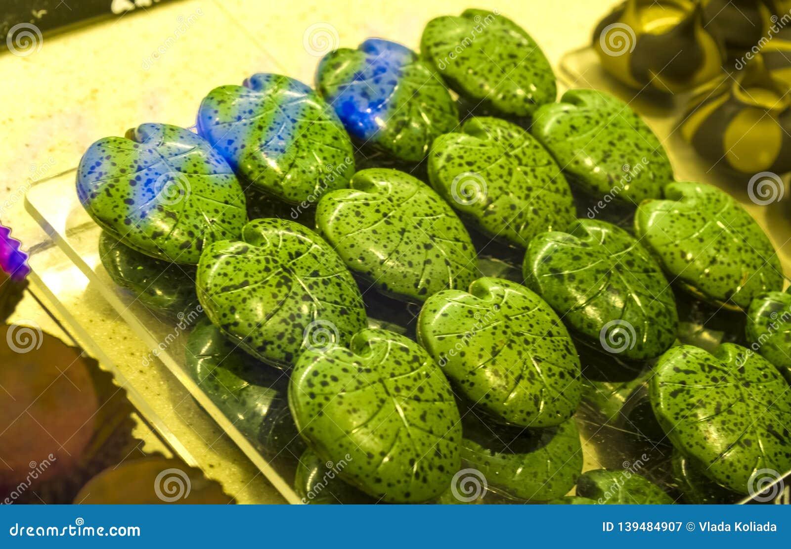 Handgjorda gröna godisar i form av monsterablad på ettfönster shoppar in Smakliga sötsaker Supermarket kafé Ovanlig form