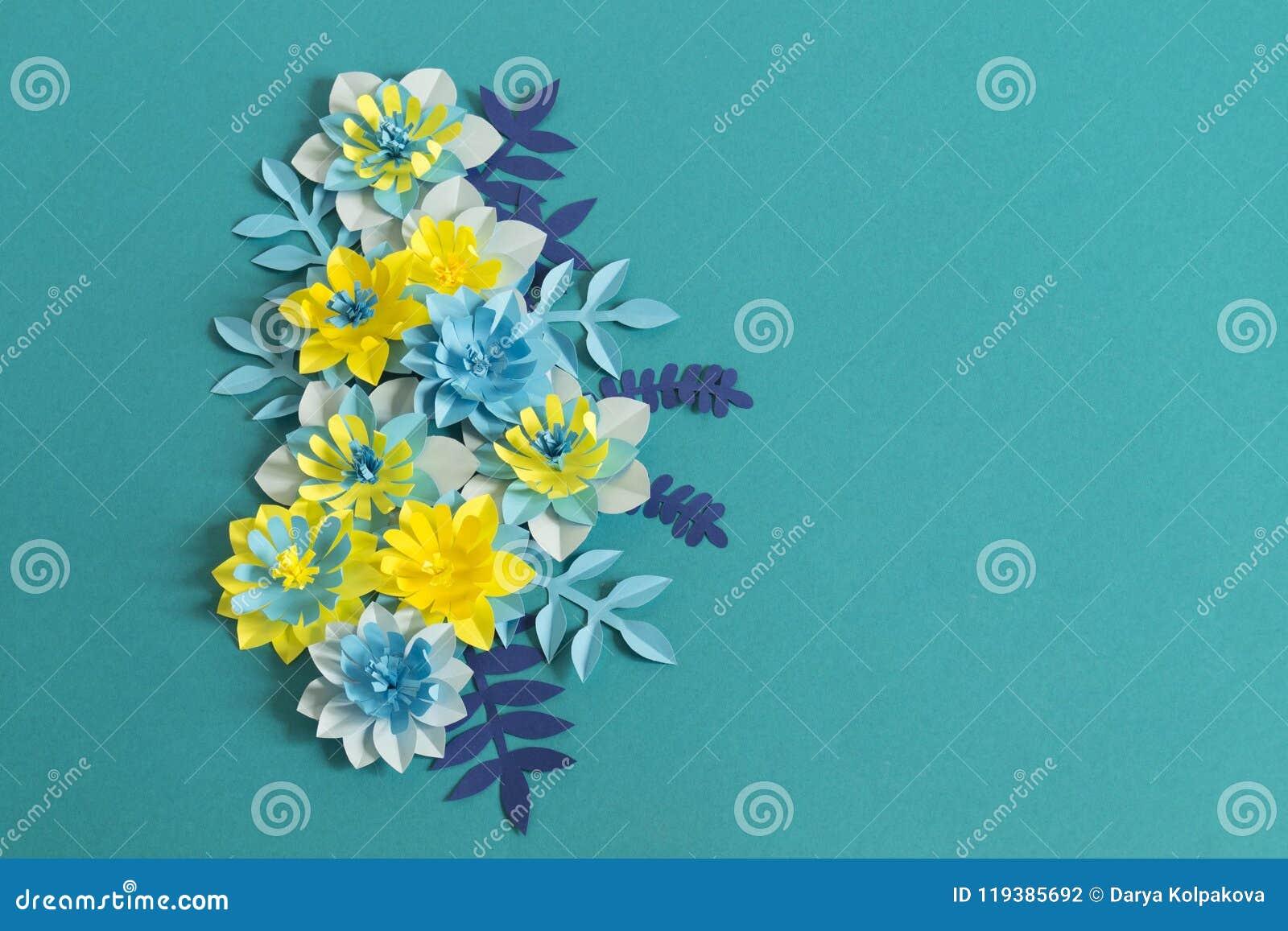 Handgjorda pappers- blommor på blå bakgrund Favorit- hobby