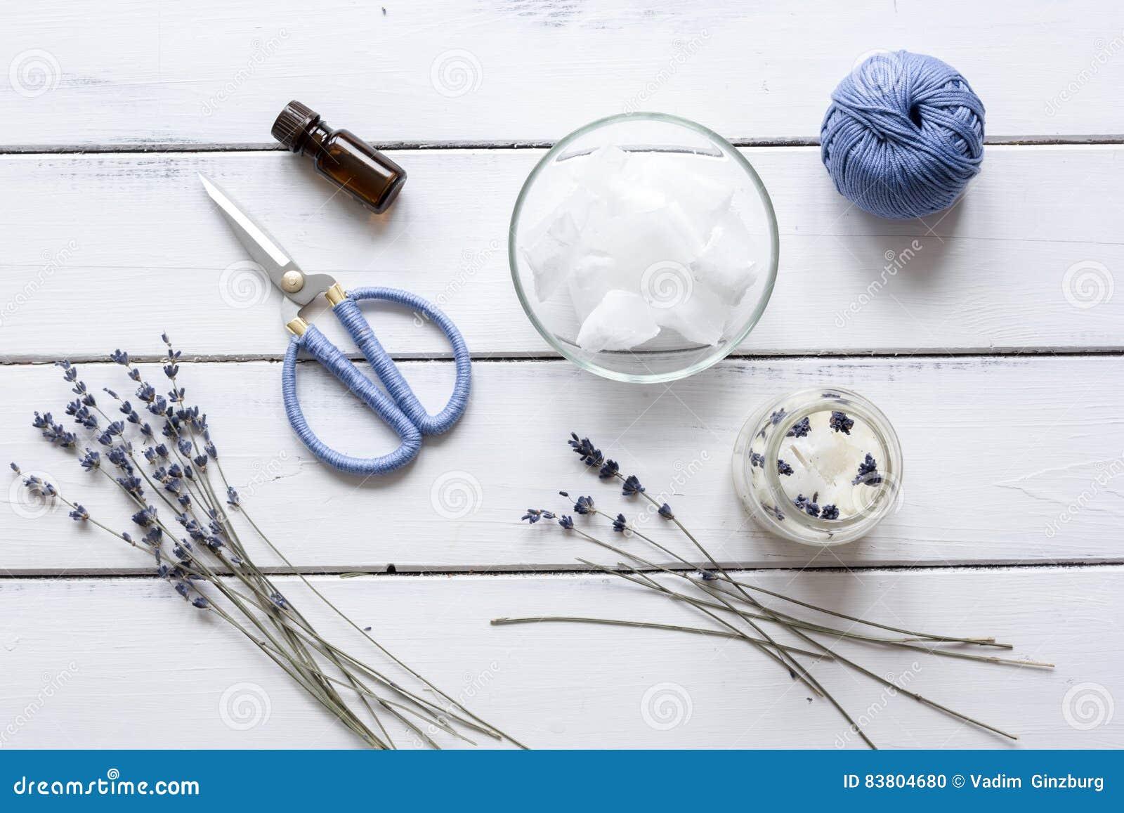 Handgjorda stearinljus med lavendel på bästa sikt för träbakgrund