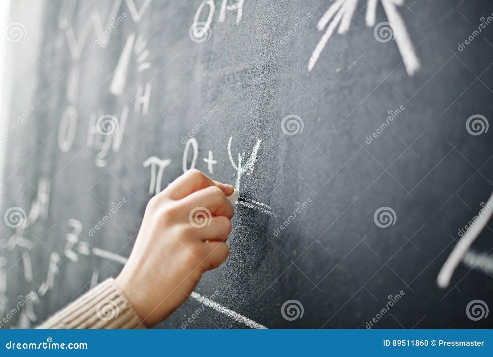 Handhandstilformel på svart tavla
