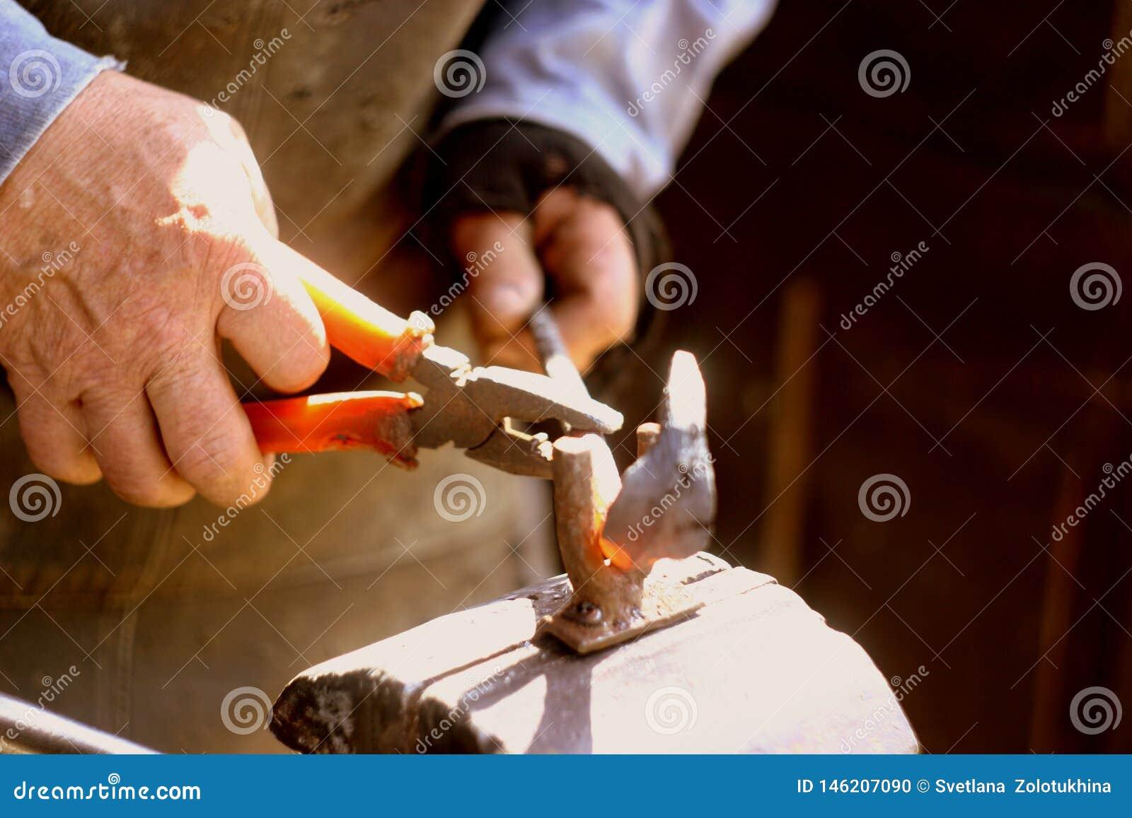 Handhovslagare med ett hjälpmedel