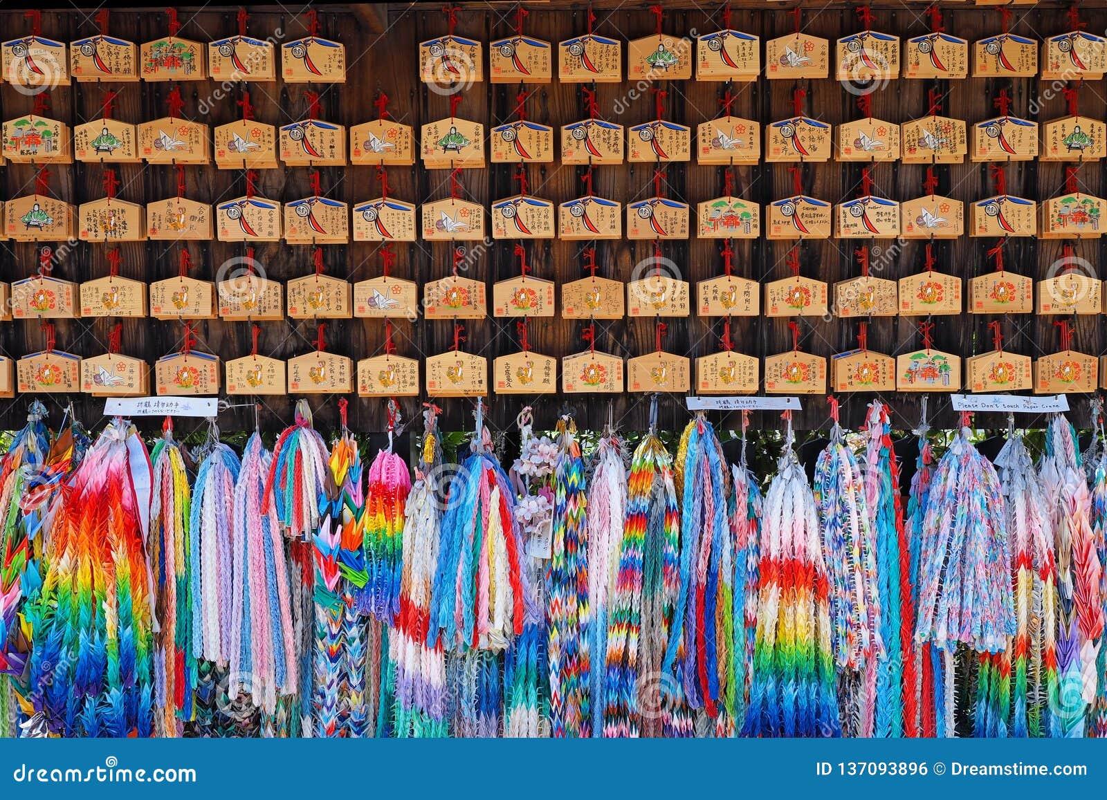 Handicracts coloridos de la papiroflexia en un templo en Japón
