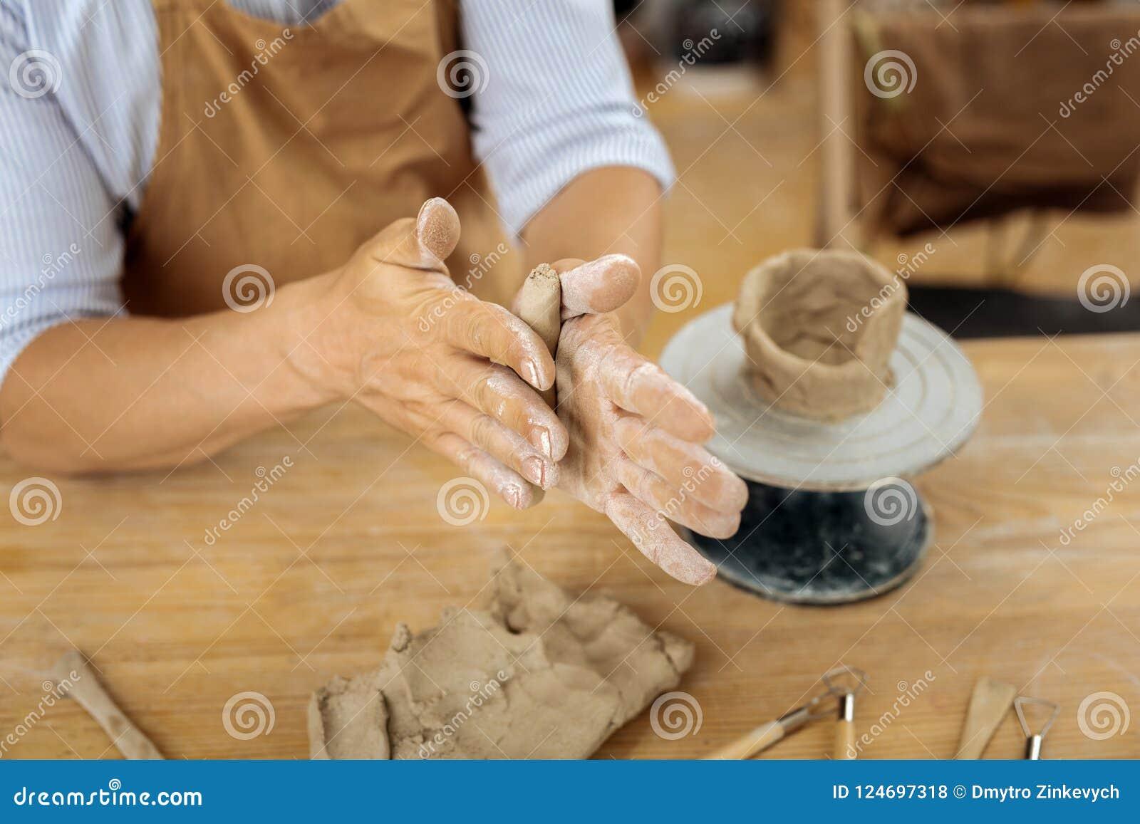 Handicraftsman profissional usando a roda da cerâmica em processo do trabalho