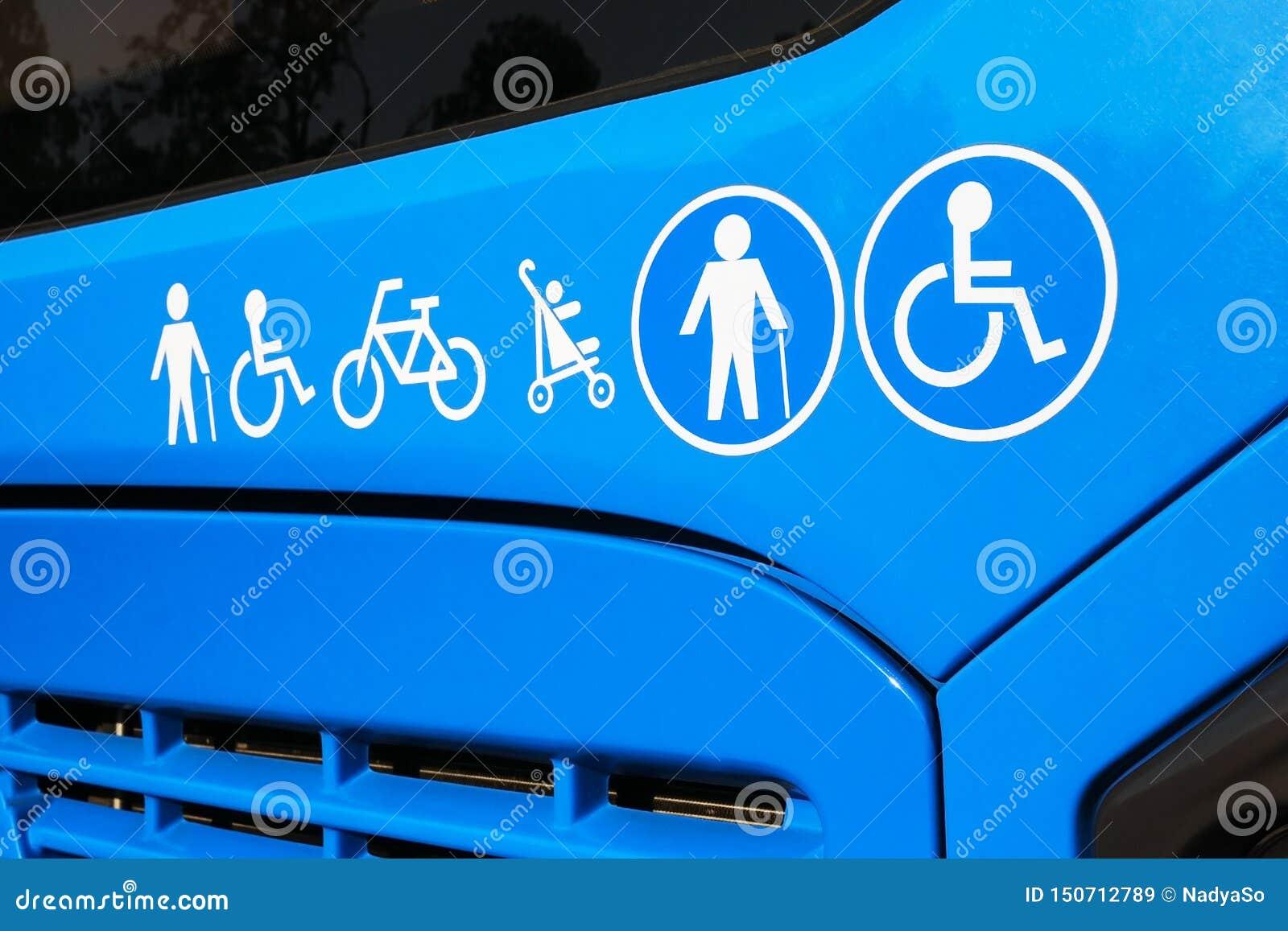 Handikappade personer äldre man, barnvagn, cykelsymboler på bussen