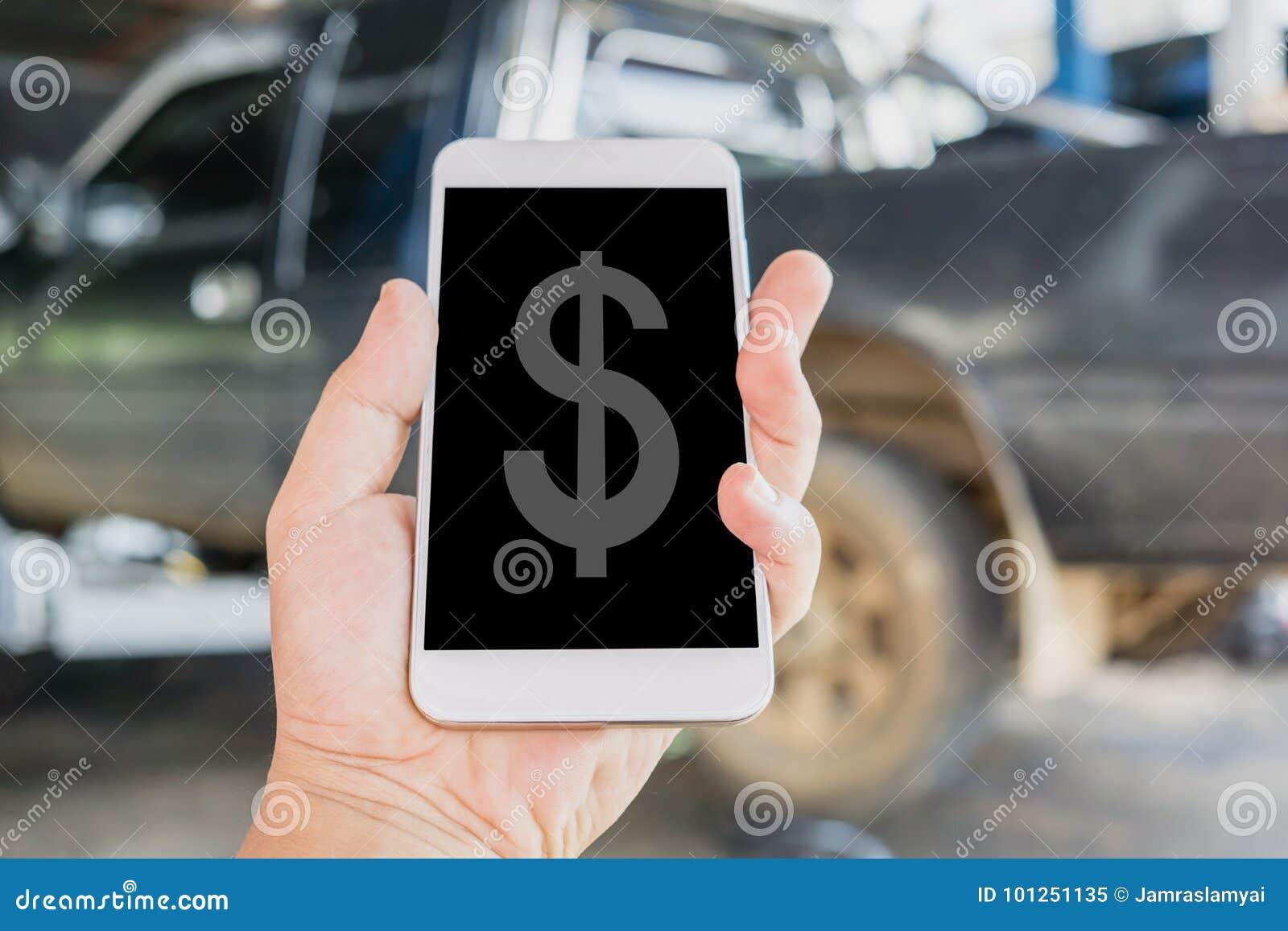 Handinnehavet och att använda den smarta telefonen för mobilen beräknar kostnaden av bilreparationen