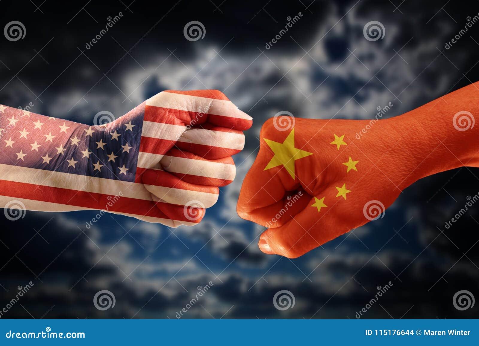 Handla konflikten, nävar med flaggorna av USA och Kina mot ea