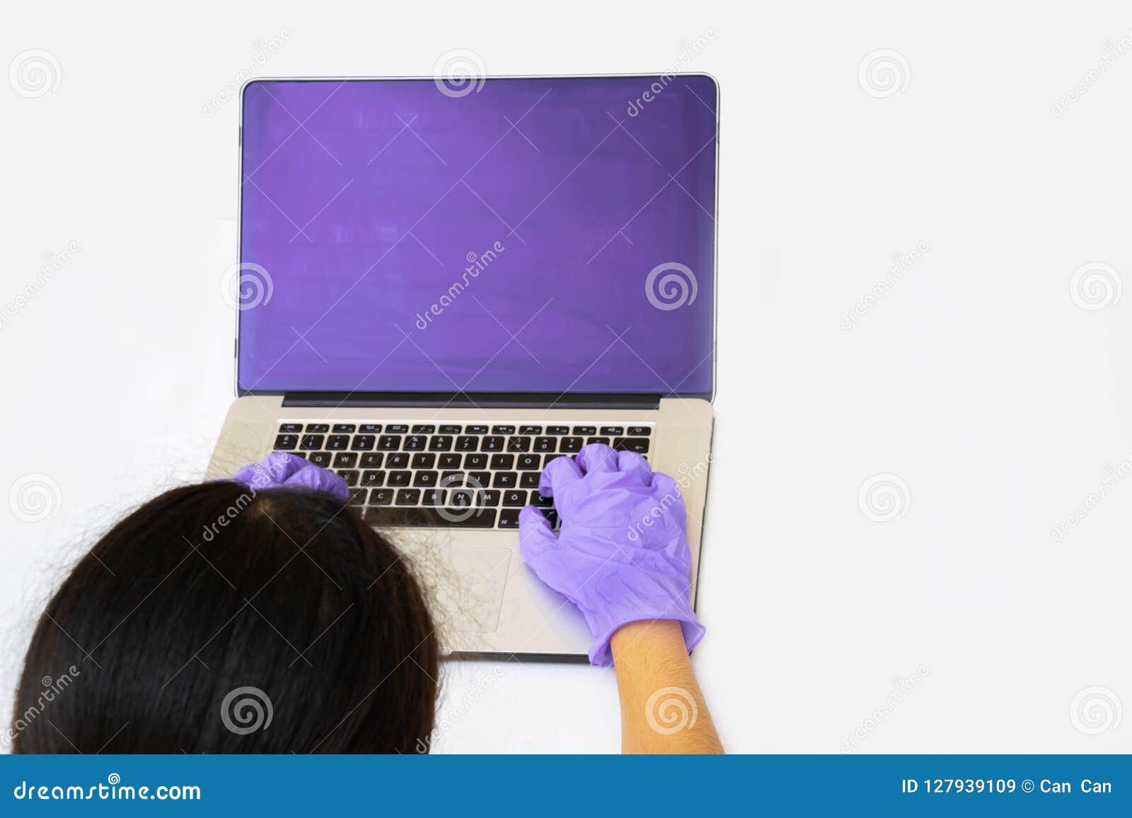 Handla med vetenskapsforskaren som gör forskning på datoren
