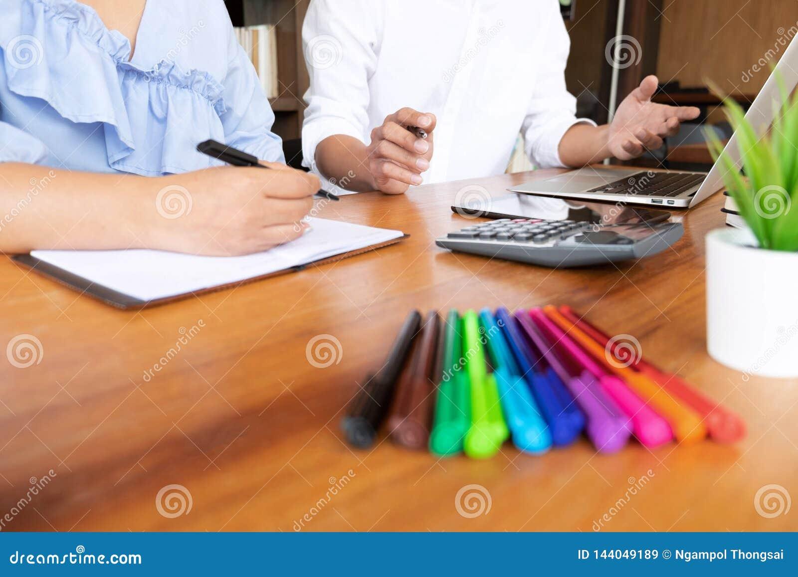 Handleda och att lära, utbildning, grupp av ungdomarsom lär studera kurs i arkiv under att hjälpa undervisa vänutbildning