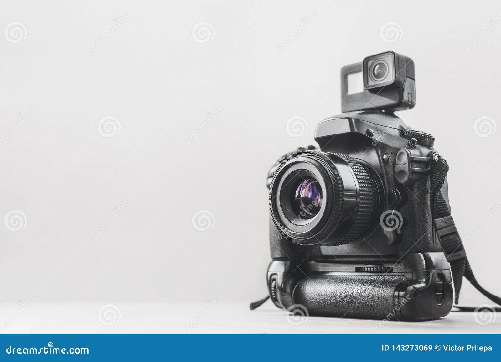 Handlingkamera med en yrkesmässig kamera på en vit bakgrund