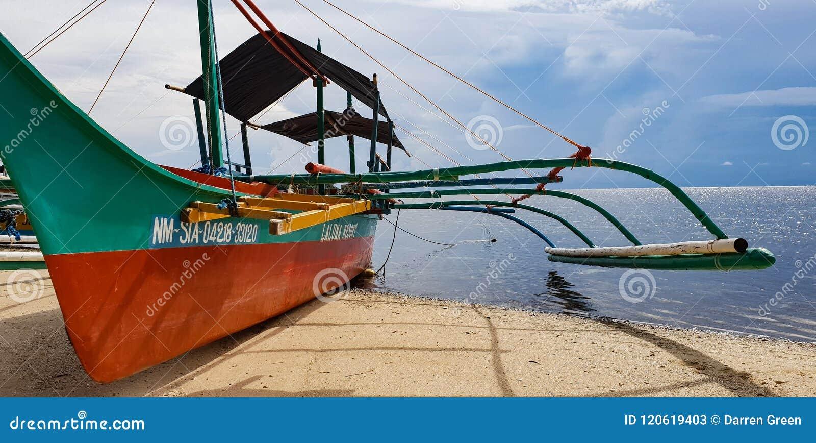 Handlowa bank łódź oczekuje turystów na plaży Siargao wyspa w Filipiny