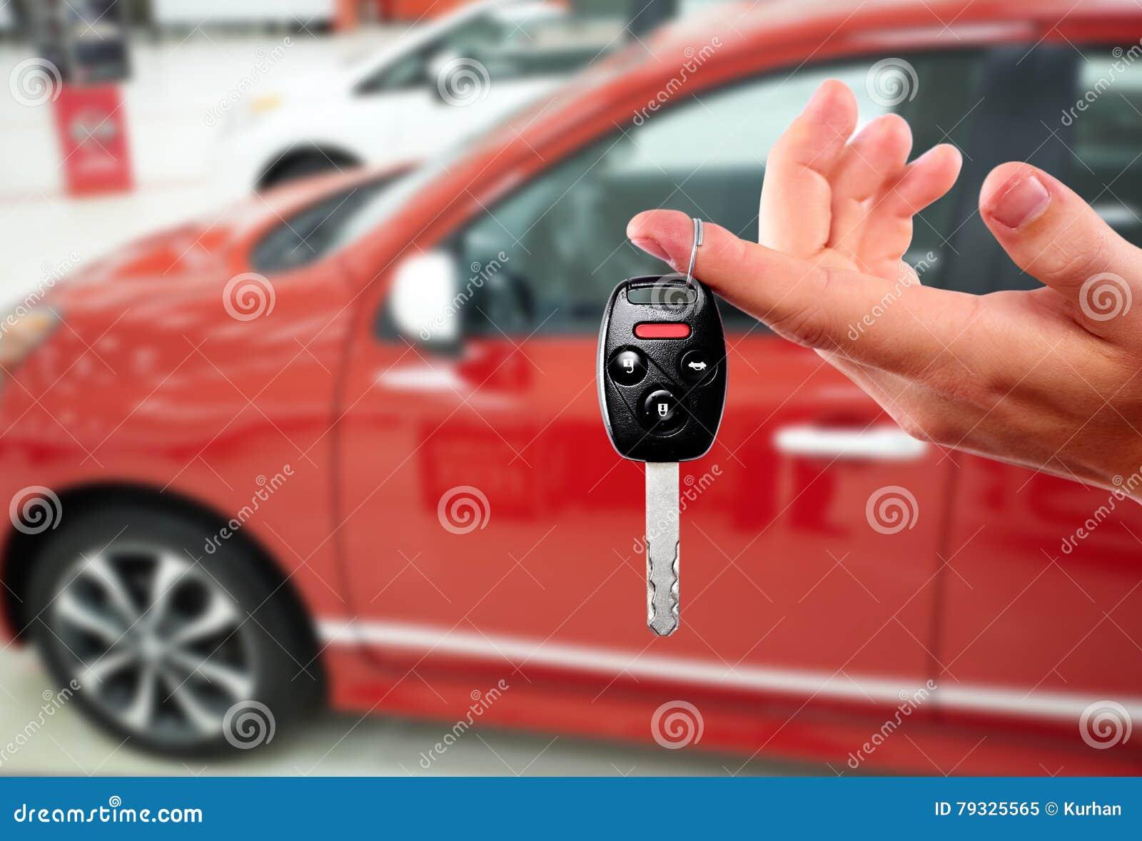 Handlowiec ręka z samochodowym kluczem