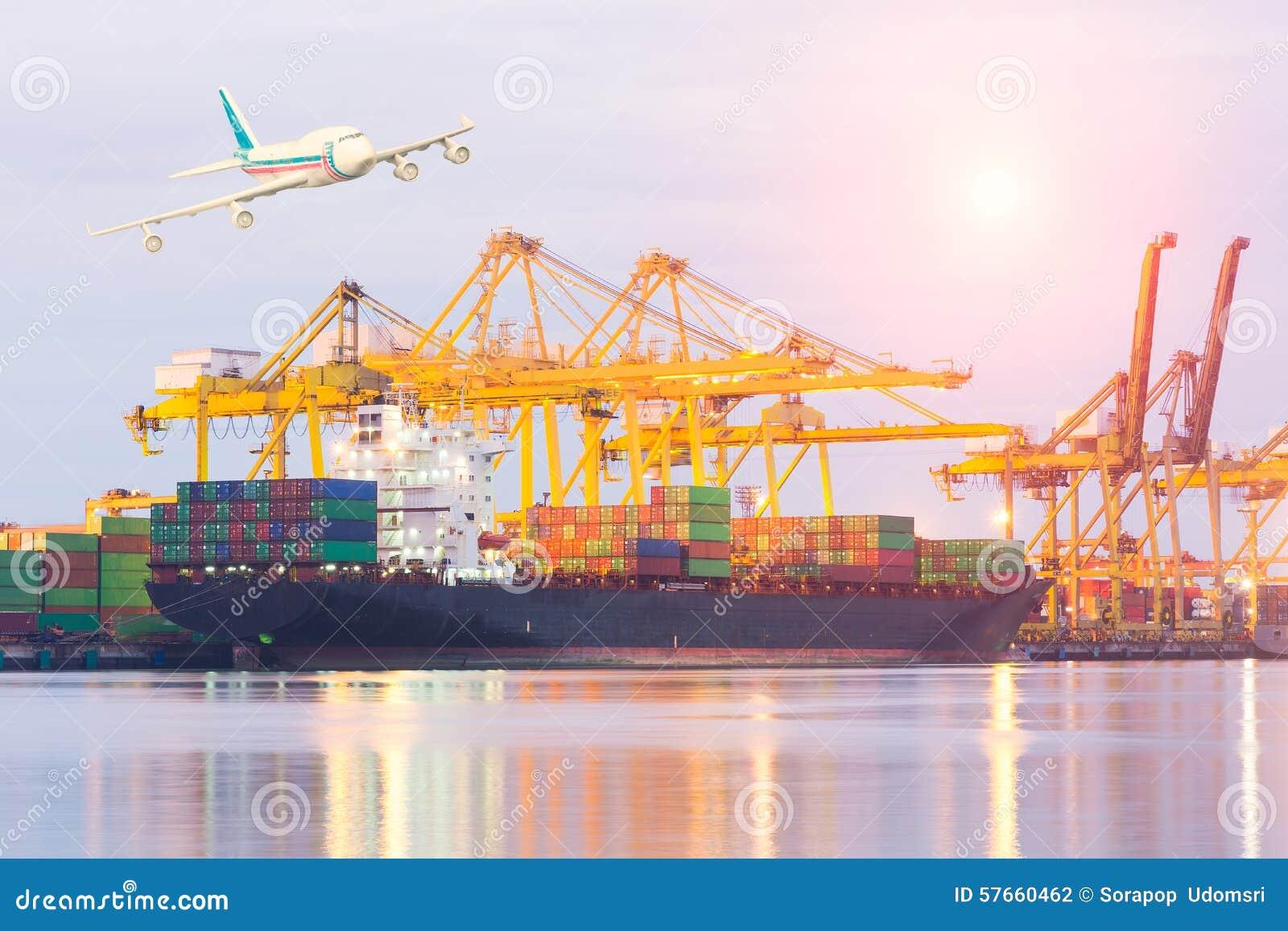 Handlowy port podczas gdy ładunek praca