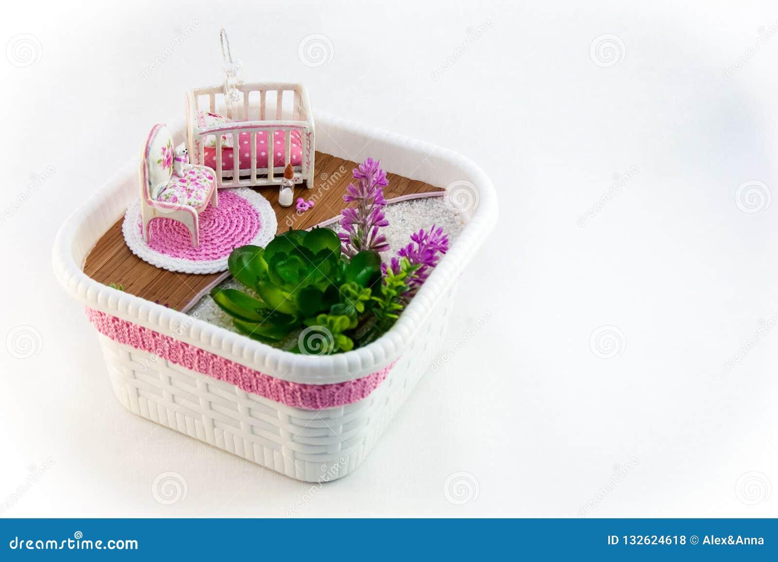 Handmädchen, ein Hobbyrosa-Spielzeugraum mit einem Feldbett für Baby