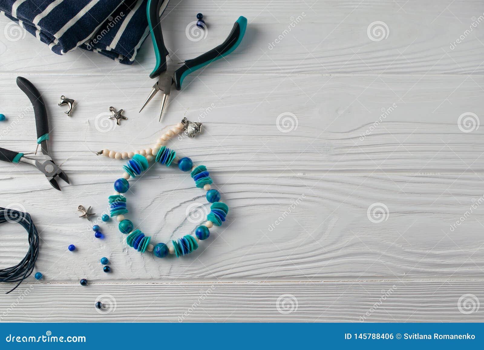Handmade браслет бирюзы, надземный плоский положенный состав с плоскогубцами, шарики и инструменты
