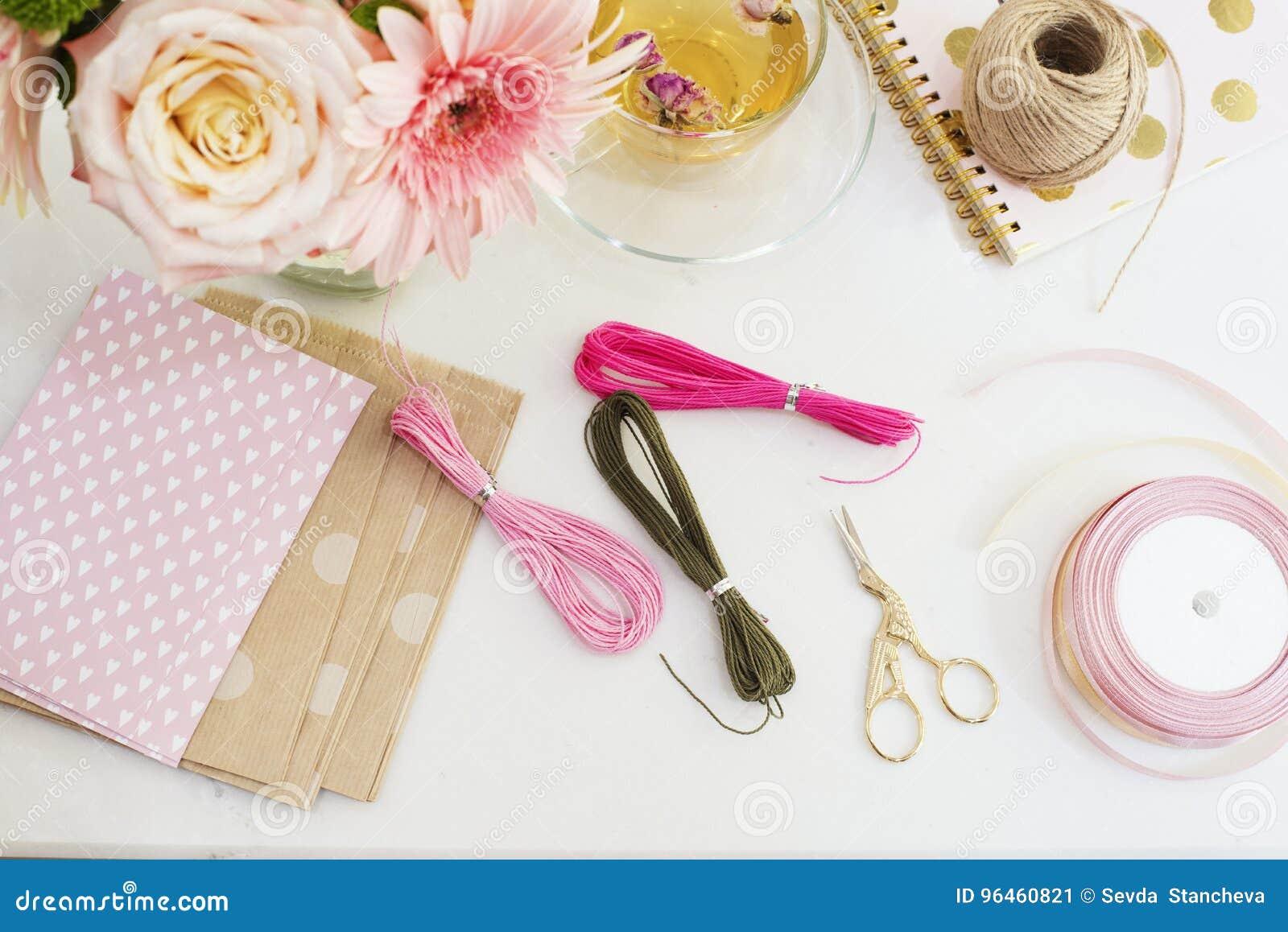 Handmade, концепция ремесла Материалы для делать браслеты строки и handmade товары упаковывая - скрутите, ленты Женственное рабоч
