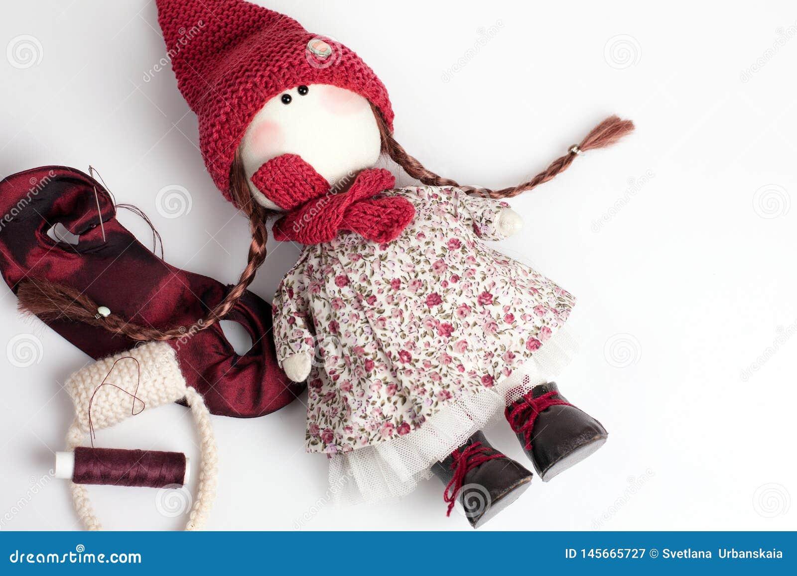 Handmade кукла на белой предпосылке
