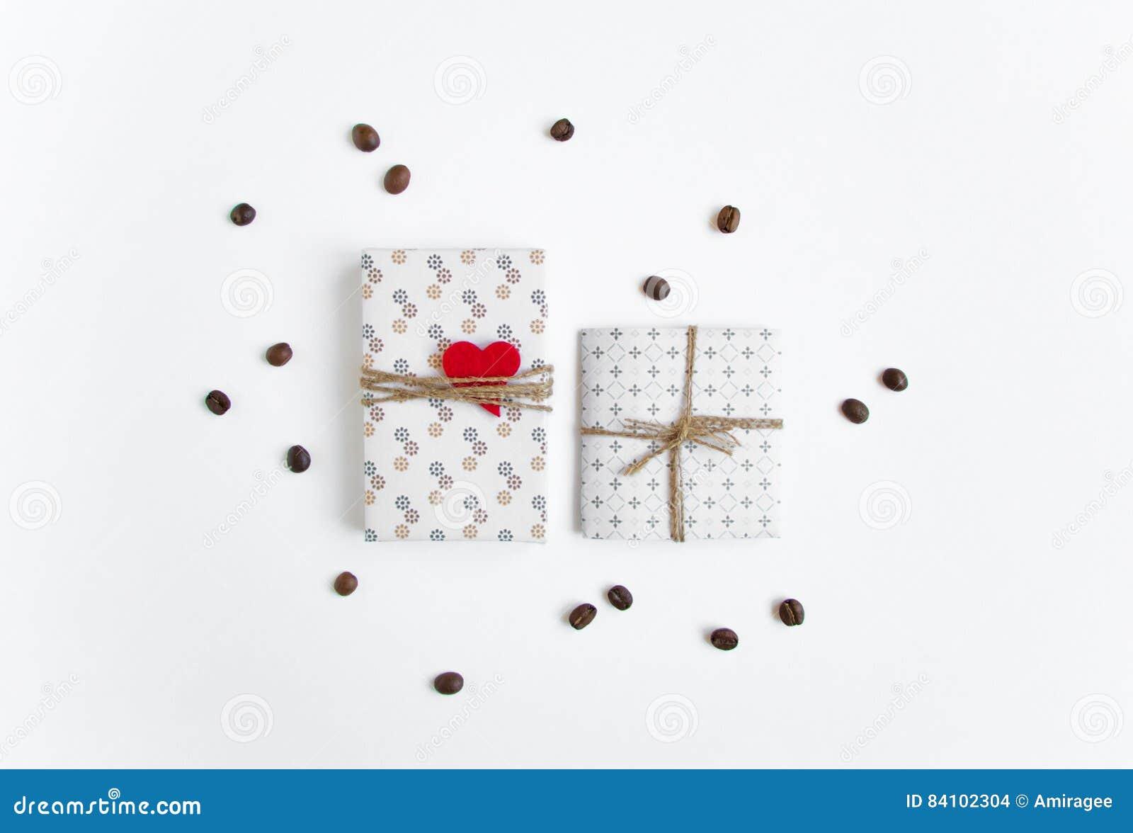Handmade подарки на белой предпосылке украшенной с сердцем и кофейными зернами Взгляд сверху, плоское положение