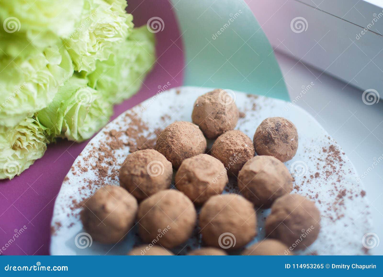 Handmade cukierki na białym talerzu