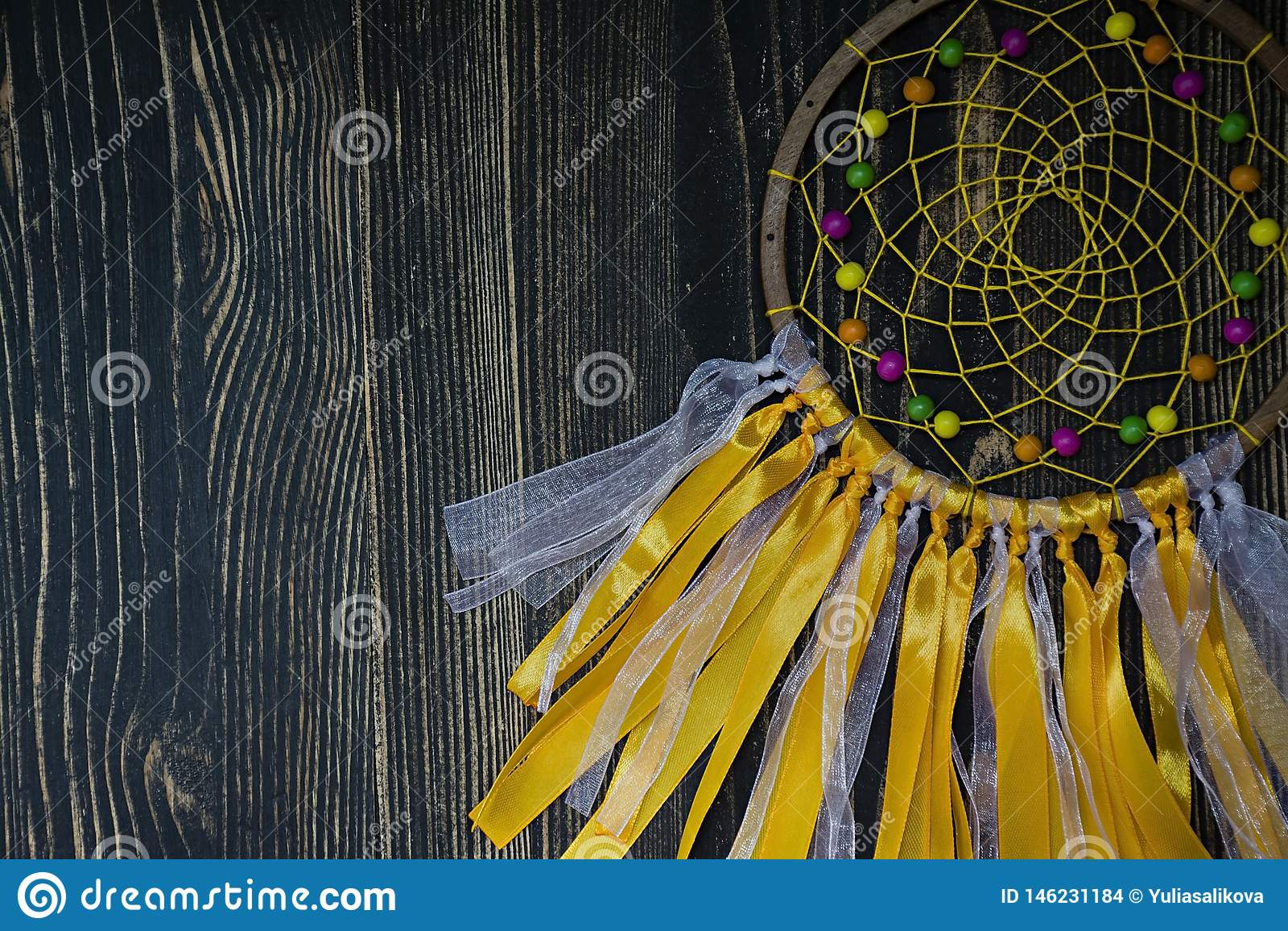 Handmade dreamcatcher на деревянной предпосылке