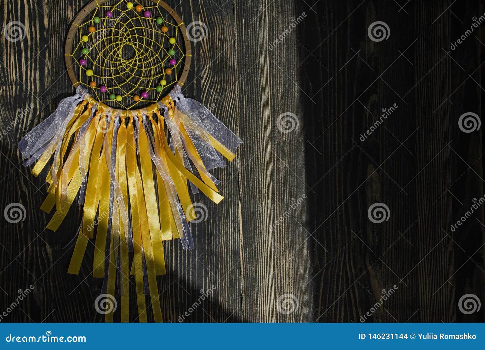Handmade dreamcatcher na drewnianym tle