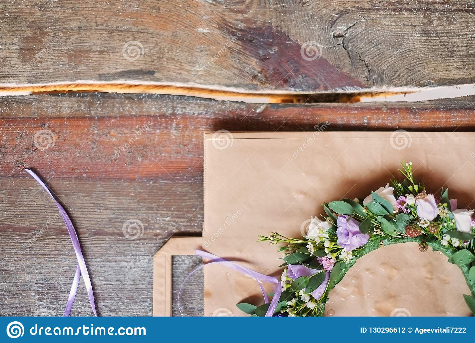 Handmade kwiecista tiara robić kwiaty kłama na drewnianym tle Modny ręcznie robiony wianek kwiat głowy odzież Ręka wykonujący ręc