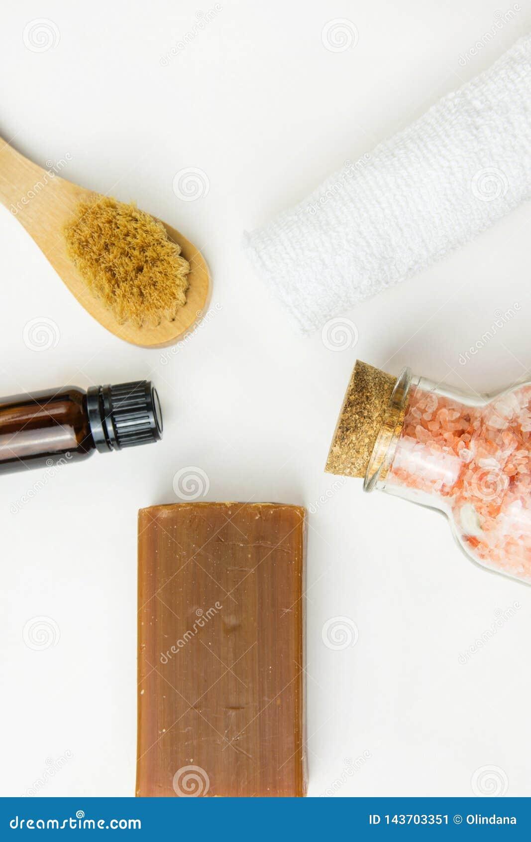 Handmade rzemieślnik węglowej smoły mydła muśnięcia menchii istotnego oleju himalajski solankowy ręcznik na bielu marmuru kamieni