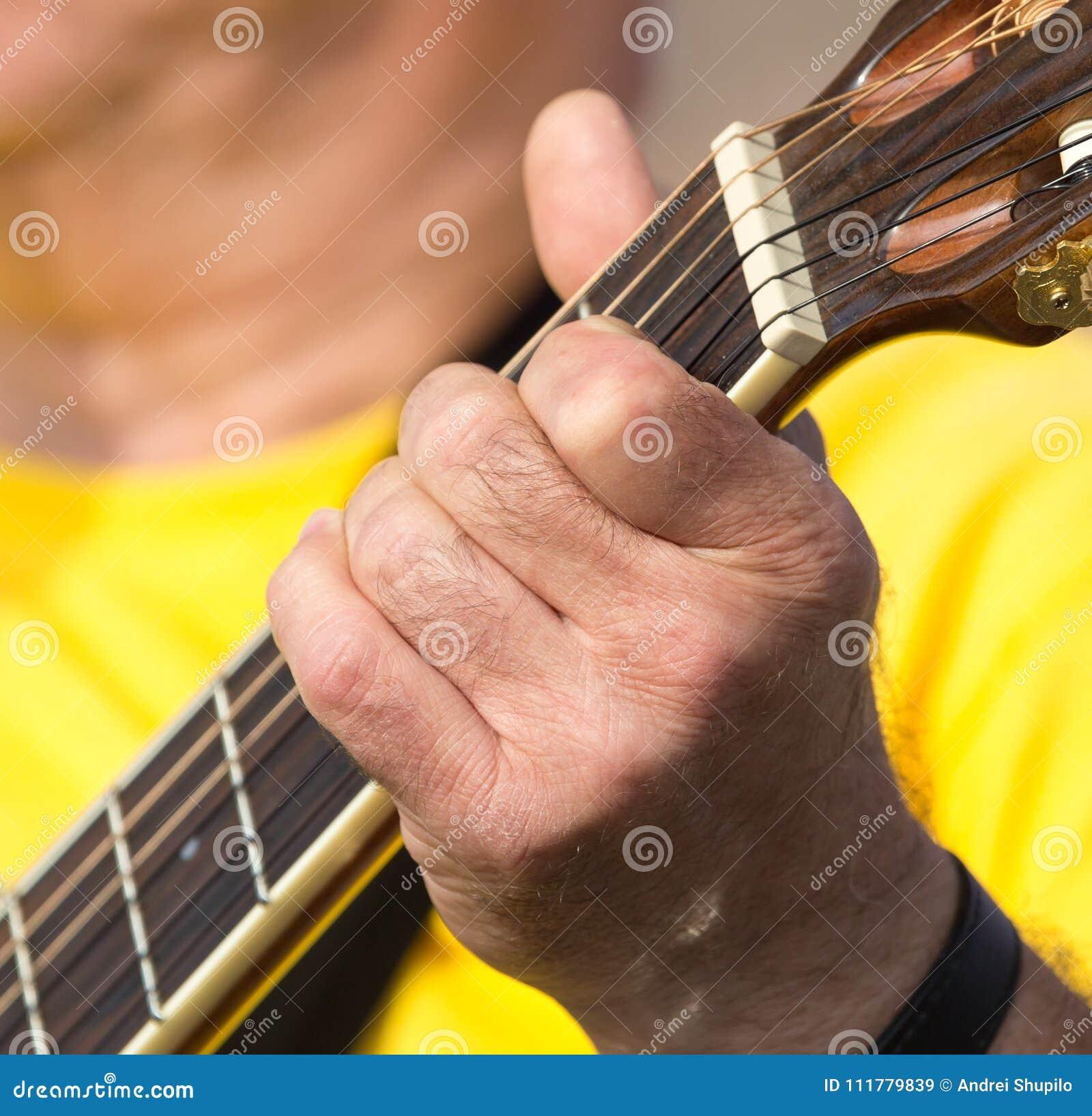 Handmann, der die Gitarre spielt