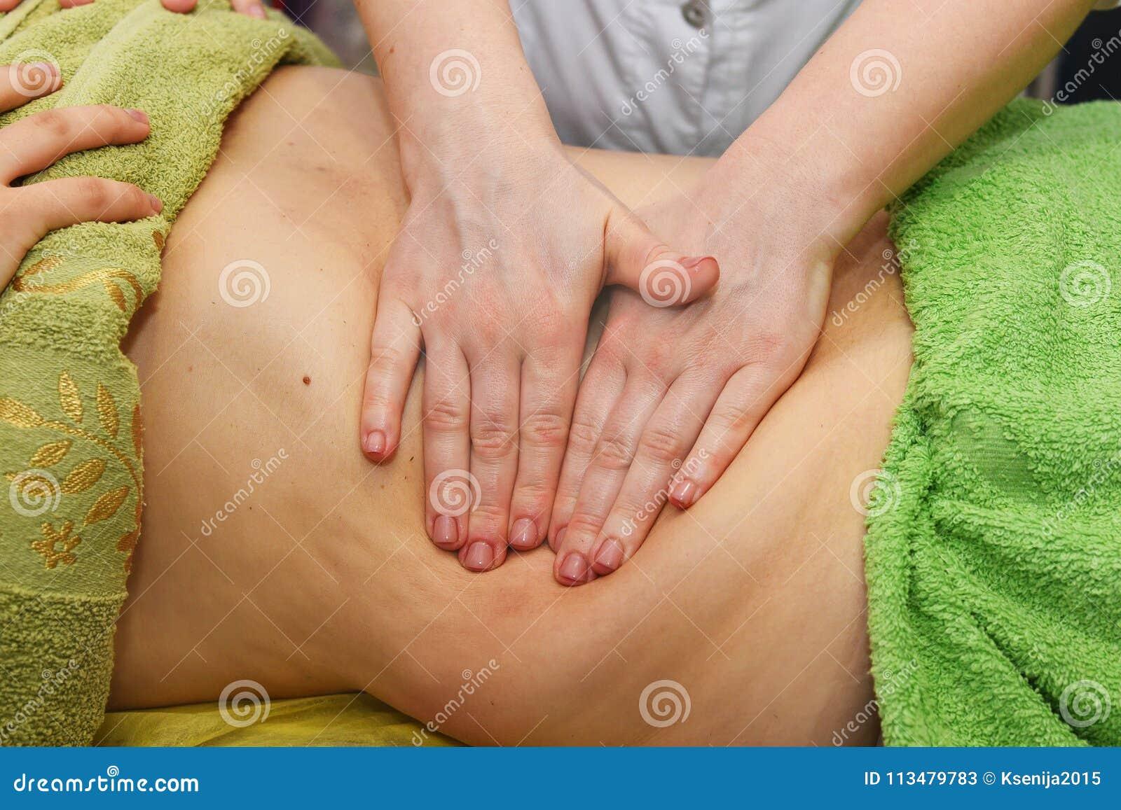 Handmassage des Unterleibs Frauenfuß im Wasser Nicht chirurgischer sculpting Körper AntiCellulite und anti-fette Therapie im Schö