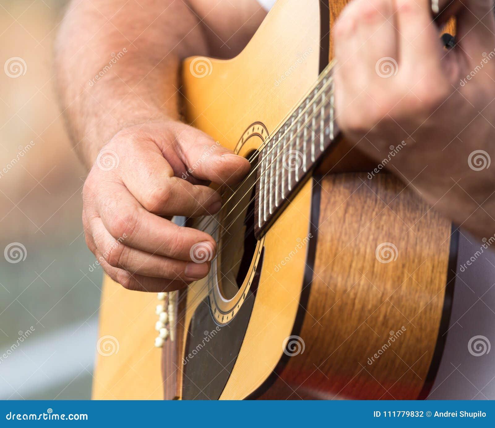 Handmens die de gitaar spelen