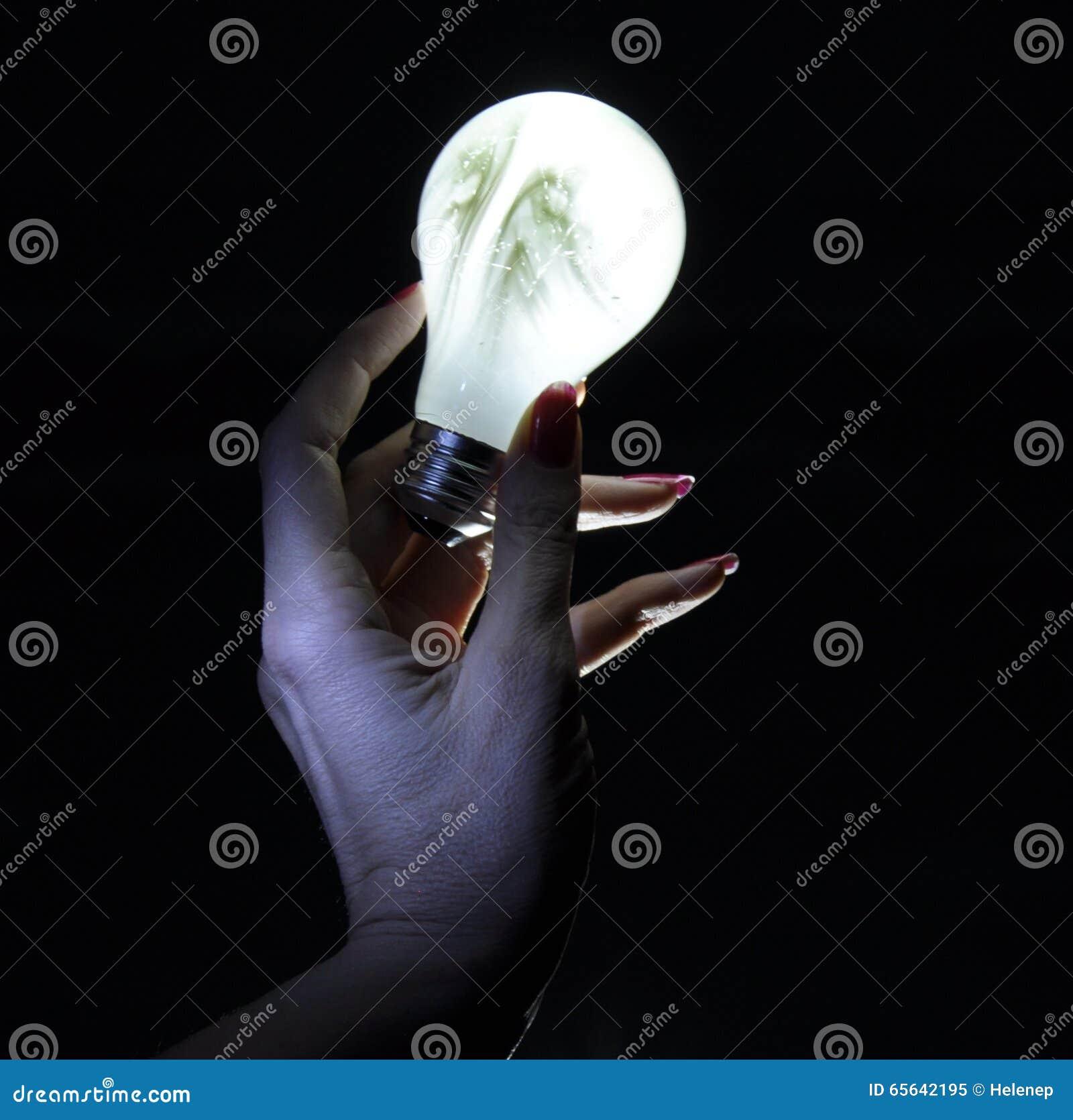 Handn tenant l ampoule