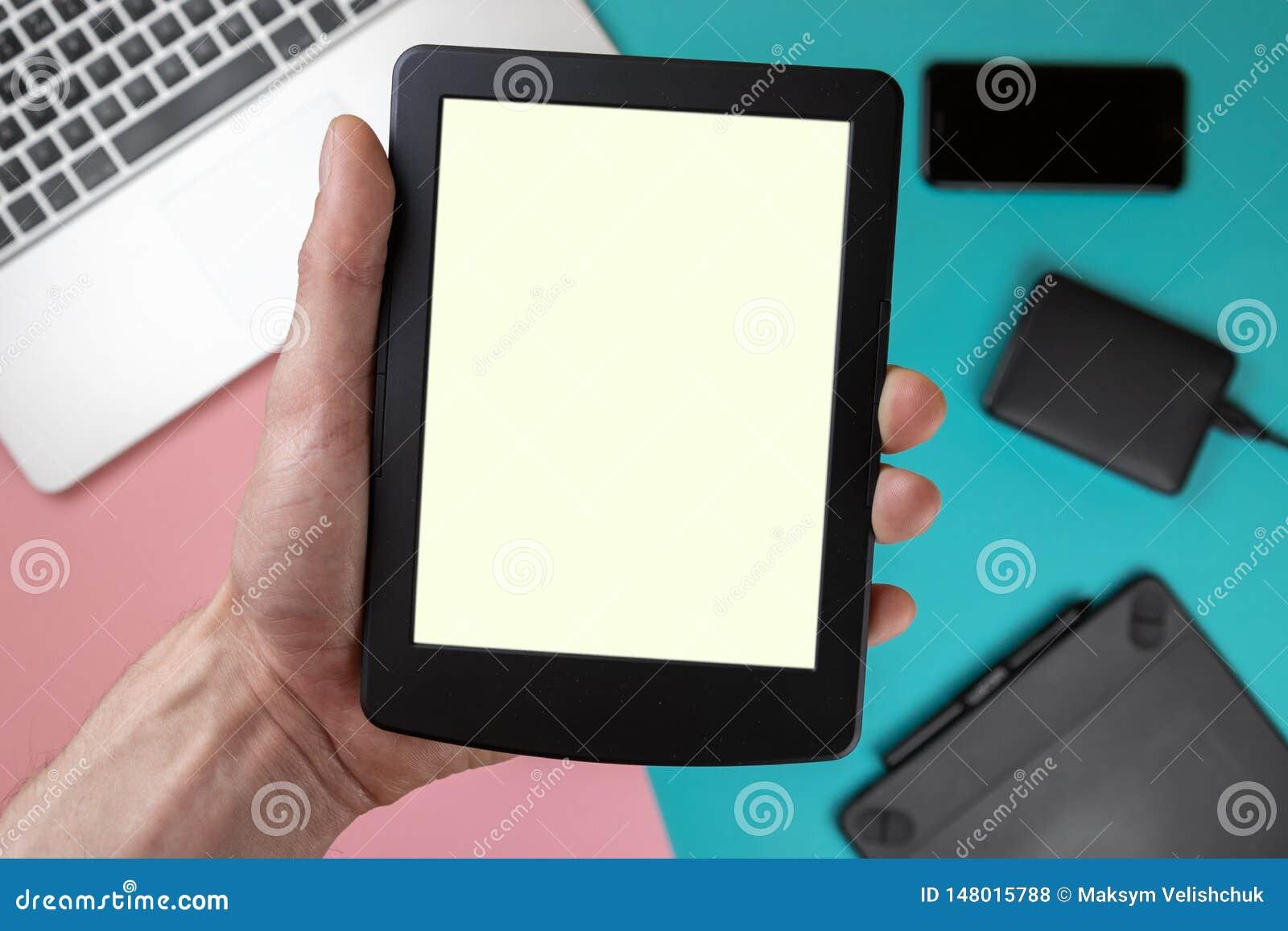 Handnote auf leerem Schirm der Tablette ?ber bunter Tischplatteansicht, lassen Raum f?r Anzeige Ihres Inhalts, Technologiekonzept