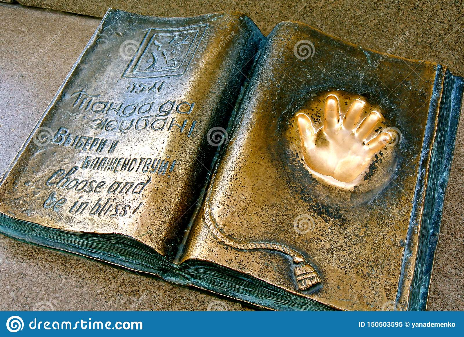 Handprint de oro en el monumento del metal Libertad de la elecci?n Kazajist?n,